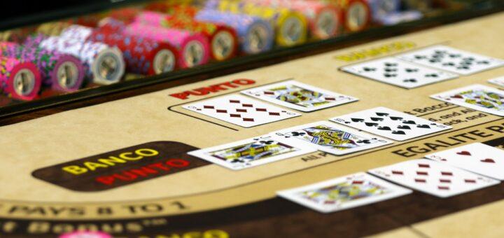 Lær at spille baccarat Hvis man ikke spiller kortspil så meget, så har man måske kun hørt om Baccarat af navn. Det er et klassisk casinospil, som blandt andet har James Bond på listen over fans. Det er et spil med klasse – også er det faktisk relativt enkelt. Det populære kortspil er faktisk et oldgammelt spil. Det kan spores helt tilbage til middelalderen. Det er med baccarat som med mange af de gamle spil. Reglerne ofte er forholdsvis enkle – det gælder også for baccarat. Det tager ikke lang tid at lære. Hvis du spiller online, så husk altid at spille sikkert, fx på vpncasino.no/. Spil sikkert Baccarat er faktisk et ret godt spil for nybegyndere. Men samtidig har det også klasse over sig, og det er et spil, der er kendt for at tiltrække de sofistikerede typer. Såsom James Bond. Det kan jo også være en god grund til at lære det klassiske spil at kende. For det er nemlig et klassisk casionospil, som man kan være spille både på online casinoer og i fysiske casinoer. Pas dog altid på dig selv, når du spiller casinospil. Det er vigtigt at spille sikkert, og altid huske ikke at spille for mere, end man har råd til at tabe. Tjek eventuelt valhall.io, hvis du vil sammenligne forskellige sider. Der er også gratistjenester, hvor man kan øve sig på baccarat og bare spille for underholdningens skyld. Det kunne måske være sjovt sammen med vennerne som en fælles aktivitet. De enkle regler I et fysisk casino vil baccarat-bordet være adskilt fra resten af casinoet – apropos eksklusiviteten. Der er ofte 3 dealere og max 14 spillere. Hvis du kender spillet Craps, så er du allerede godt på vej til at lære reglerne. Der er nemlig flere ligheder. Det minder også om Blackjack. Ligesom i Blackjack skal man trække kort fra stakken, og derefter forsøge at komme så tæt på det ønskede tal, som muligt. I baccarat er det tal 9. I baccarat er det altid spilleren mod banken. Hver spiller vælger at spille på enten banken eller spilleren. Man kan vælge at være dealer, eller vælge det fra, alt eft